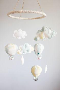 Móbile de balão com tecido é fofo, e pode decorar tanto quarto de menina quanto de menino