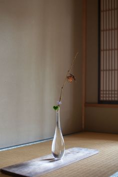 35 Japanese Decor Bring You Peace and Harmony - Page 23 of 35 - VimDecor Ikebana Flower Arrangement, Ikebana Arrangements, Flower Vases, Flower Art, Flower Arrangements, Japanese Flowers, Japanese Interior, Arte Floral, All Flowers