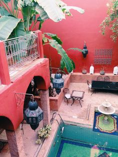 brilliant to have a fountain incorporated in the pool - Riad Marrakech - Marocco #marrakech #travels #pinkwalls #interior #old #colour #rosa