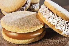 1) Em uma batedeira, bata a manteiga com o açúcar refinado UNIÃO e as gemas até obter um creme. 2) Sem bater, adicione a água gelada, as raspas de limão e a essência de baunilha, intercalando com a farinha de trigo previamente misturada com o amido de milho e com o fermento em pó. 3) Sobre uma superfície polvilhada com amido de milho, abra a massa com espessura de 3 mm e corte círculos de 6 cm. 4) Coloque sobre assadeiras untadas e enfarinhadas e asse no forno preaquecido até dourar… Pan N Ice, Sweet Pie, Yummy Cookies, International Recipes, Macaroons, Creative Food, Bagel, Sweet Treats, Deserts