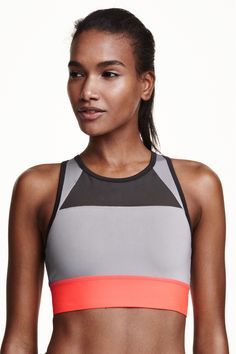 Sports bra Medium support: Fully lined block colour sports bra in fast-drying, breathable functional fabric with a high neckline at the front, racer back with a cut-out section at the back, ventilating mesh panels and wide elastication at the hem. Medium support.
