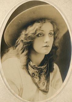 Post with 534 views. Laurette Taylor - American Stage & Silent Film Actress (c. Antique Photos, Vintage Photographs, Vintage Images, Old Photos, Cowgirl Vintage, Vintage Ladies, Photo Cowgirl, Belle Epoque, Into The West