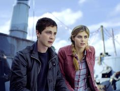 Still of Logan Lerman and Alexandra Daddario in Percy Jackson y el mar de los monstruos