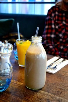 peanut butter, banana, strawberries and apple juice smoothie- the londoner
