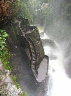 Peldanos del Diablo è una scala ripida che si trova in Ecuador e porta ad una famosa cascata