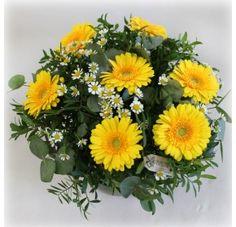 Vakker bukett med sommerlig blomster i friske gule og glade farger til en strålende person som sprer glede.