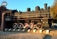 Памятник паровозу на старом вокзале в Таганроге