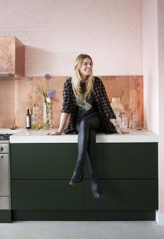 Creative powerhouse Erika Vocking took a stuffy textiles factory and transformed it into a colourful industrial home with mid-century modern style. Painted Brick Exteriors, Painted Brick Walls, Home Decor Signs, Cheap Home Decor, Modern Townhouse, Melbourne House, Victorian Terrace, Target Home Decor, Loft