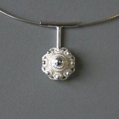 zilveren hanger met Zeeuwse knoop aan staafje