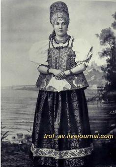 oI< Девушка в праздничном костюме Архангельской губернии, 1900е г.