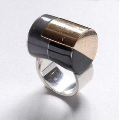 Jean Després (1889-1980) Bague cylindre en or, argent et laque noire et grise, poinçon du maître, signée à la pointe J.Després, poids : 22,9 g. Provenance: Collection Lelion.