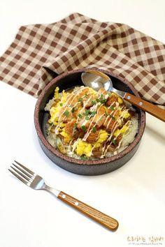 돈까스덮밥 만들기, GS수퍼마켓 대왕돈까스로 푸짐하게 날이 추워 장보기를 미뤘더니냉장고가 텅텅 비어... Always Hungry, Paella, Ethnic Recipes, Plating, Board, Food, Food Food, Planks