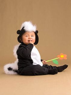 These kids halloween costumes are faster than the lineup at the party store and easier than one of those fancy pumpkin-carving stencils. Clever Halloween Costumes, Halloween Kostüm, Diy Costumes, Homemade Halloween, Family Halloween, Corn Costume, Skunk Costume, Carnaval Kids, Space Girl Costume