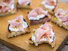 Le bruschette mortadella e pistacchi al miele, con crema di ricotta su una golosa crosticina croccante, sono un finger food semplicissimo ma molto chic!