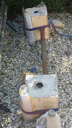 Hier heb ik het beton in de houten mallen gegoten en ook ik 2 melkpakken van 2 liter