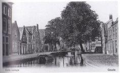 Het Korte Raampje rond 1905. Tegenwoordig wordt het gebogen gedeelte naar de Peperstraat Korte Raam genoemd. Op de foto is het zuidelijke deel van de Raam te zien met op de achtergrond de Barbarabrug bij de Kuiperstraat. De Raam was duidelijk minder voornaam, met de vele kleine huisjes en slechts hier en daar een boom.
