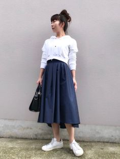おはようございます✨ ふんわりシルエットのスカートに ショート丈パーカー スカートは、ラメ糸入りのネ Midi Skirt, Flats, Skirts, How To Wear, Fashion, Loafers & Slip Ons, Moda, Midi Skirts, Skirt