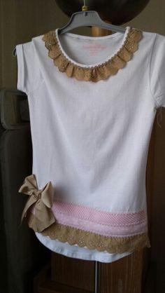 Best 12 T-Shirt Dekorationsmuster Shirt Refashion, T Shirt Diy, Diy Fashion, Ideias Fashion, Womens Fashion, School Fashion, Umgestaltete Shirts, Creation Couture, Cotton Tunics