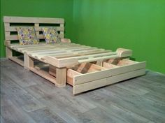 Pallet Furniture Projects cama de plataforma pallet reciclado com gaveta - This DIY pallet platform bed is beyond your imaginations in terms of creativity and gives a totally changed rule to recover a bed out of pallets! Pallet Platform Bed, Platform Bed With Storage, Bed Platform, Wooden Pallet Projects, Wooden Pallet Furniture, Recycled Pallets, Wood Pallets, Recycled Wood, Recycled Crafts