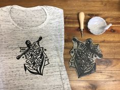 In this post, I love to share the process of linoleum printmaking. Engraving Printing, Printmaking, Printed Shirts, Printing On Fabric, Ink, T Shirts For Women, Prints, Inspiration, Board