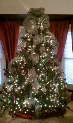 Ideas Christmas Tree Decorations Ribbon Wreaths For 2019 Christmas Tree Decorations Ribbon, Mesh Christmas Tree, Burlap Christmas, Christmas Tree Toppers, Christmas Themes, Christmas Crafts, Holiday Ideas, Christmas Glitter, Xmas Trees