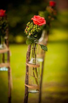 Detalle floral en botella de cristal