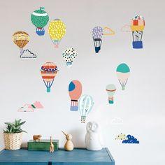 Les stickers Just a touch Montgolfières de la marque Mimi'lou apportent un joli décor dans une chambre d'enfant.