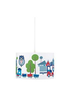 """Loftlampe Turbo fra Kids Concept. Lampe med muntre motiver af blandt andet biler, huse, træer og et tog. Leveres med ledning. Lyskilde købes separat. <br><br>Mål: 30 x 20 cm<br>Materiale: kanvas<br><br>OBS! Nogle loftlamper/pendler leveres med svensk """"loftstik""""som ikke kan benyttes i Danmark. Stikket klippes af og ledningen tilsluttes direkte i roset (lampeudtag) eller monteres med lampestikprop. Alle vores lamper er CE-godkendte.<br>"""