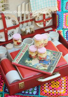 Retro picnic, table setting, tablescape
