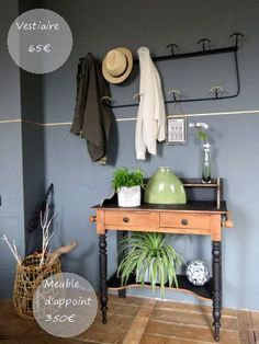 Un mur gris, un mur chic. L'Atelier des greniers, décoration. Decoration, Entryway Bench, Images, Furniture, Chic, Home Decor, Grey Feature Wall, Clothes Racks, Scandinavian