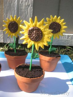 Mega•Crafty: Sunflower Cupcakes Tutorial - with Edible Flower Pots!