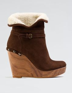 modelo: botín  marrón , interior de borriquito, tacón de cuña de madera.