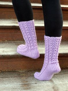 KARDEMUMMAN TALO: Kuuraiset valepalmikot Knitting Socks, Hand Knitting, Knitting Patterns, Yarn Colors, Yarn Crafts, One Color, Fun Projects, Leg Warmers, Diy Clothes