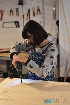 Cómo hacer una mesa para la máquina de coser   Momita's blog Carmen Diaz, Sewing Machines, Blog, Things To Make, Crafts With Pallets, Clothes For Girls, Wrap Blouse, Kids Clothes Patterns, Sewing Diy