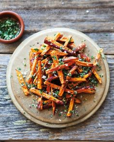 Sweet potato fries with garlic & herbs. Can make with Whole Foods sweet potato fries with fresh ground garlic and sea salt (course). Can also make with regular potato fries. Potato Recipes, Veggie Recipes, Vegetarian Recipes, Cooking Recipes, Healthy Recipes, Think Food, I Love Food, Smoothies Vegan, Vegetable Sides