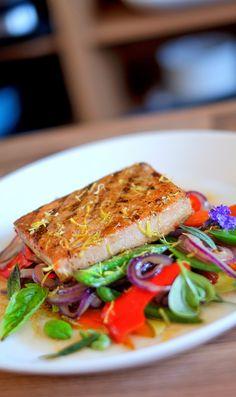 Thunfischsteak mit Tomatensugo und Röstgemüse (gerne repinnen erlaubt,es wäre mir eine Ehre). Frischen Thunfisch serviere ich immer gerne mit einer Tomatensauce zusammen. Beim Thunfisch bevorzuge ich Sushi Qualität, da ich den Thunfisch nicht ganz durchbrate.   Zu lange gegart wird ertrocken.
