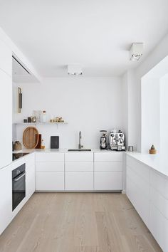 This elegant and white kitchen is finished with furniture from IKEA and a professionel coffee maker.