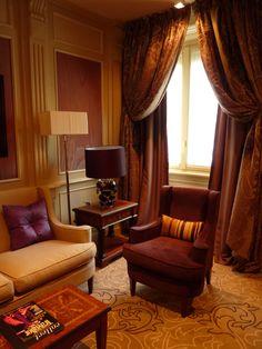 Suite de l'hotel Principe di savoia. Milan - palace - fauteuil - cosy - suite - Luxe - marqueterie.