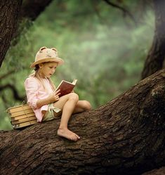 A pretty little blonde girl in a straw hat reading a book on a large spreading tree. Children and science. Little Blonde Girl, Books Everyone Should Read, Summer Reading Lists, Kids Reading, Reading Books, Teen Dating, Gender Roles, 12th Book, Harry Potter