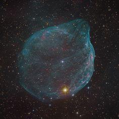 Esta enorme estrella, veinte veces mayor que el Sol, se ha construido una burbuja de 60 años luz de diámetro. Probablemente terminará estallando como supernova.
