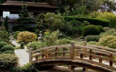 La casa tradizionale giapponese La casa tradizionale giapponese è costruita su un'intelaiatura di pali e travi di legno su cui si inseriscono le pareti esterne, costituite da pannelli scorrevoli in legno e carta di riso che permett