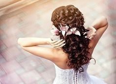 Fantastic loose hair with flirty curls and flowers