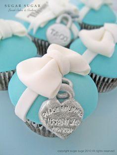 Tiffany & Co cupcakes. Matches the Tiffany cake we did @ Hsii! Tiffany Blue, Tiffany Theme, Tiffany Party, Tiffany And Co, Tiffany Wedding, Tiffany Cupcakes, Love Cupcakes, Heart Cupcakes, Yummy Cupcakes