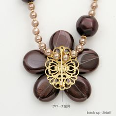 How the brooch is attached to the bead necklace. (tutorial)