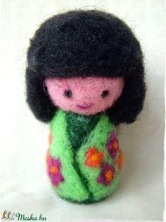 Japán baba - Kokeshi- Tündér / Manó / Meadow (Blackata) - Meska.hu Wool, Diy, Bricolage, Do It Yourself, Homemade, Diys, Crafting