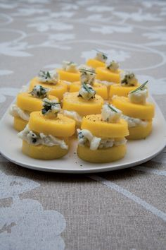 Polenta al gorgonzola Party Finger Foods, Finger Food Appetizers, Ceviche, Tapas, Appetizer Buffet, Polenta Recipes, One Pot Dishes, Slow Food, Antipasto