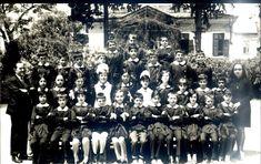 Buca Umurbey İlkokulu, İzmir. 1970'ler. Arkadaki tarihi ev aslen Britanyalı Hanson ailesine aitti.