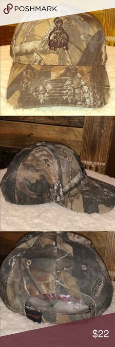 Realtree adjustable UNISEX camouflage BALLCAP Realtree camo ball cap in excellent condition! Adjustable Velcro on the back of the hat. 60% cotton 40% polyester made in Bangladesh by the Port Authority/Realtree No blemishes to report! Realtree Accessories Hats