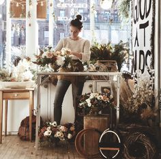 Awesome Florist Shop Design and Decor Ideas 19 - Awesome Indoor & Outdoor Vintage Vases, Vintage Flowers, Become A Florist, Decoration Shabby, Flower Truck, Flower Cart, Flower Studio, Garden Table, Arte Floral