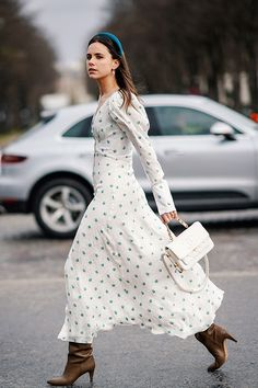 Street Style - Paris Fashion Week Womenswear Fall/Winter : Day Nine Summer Work Outfits, Fall Outfits, Outfit Zusammenstellen, Fashion Week Paris, Dresses For Work, Summer Dresses, Autumn Dresses, Dresses Dresses, Party Dresses